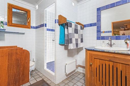 Eins von drei Badezimmern