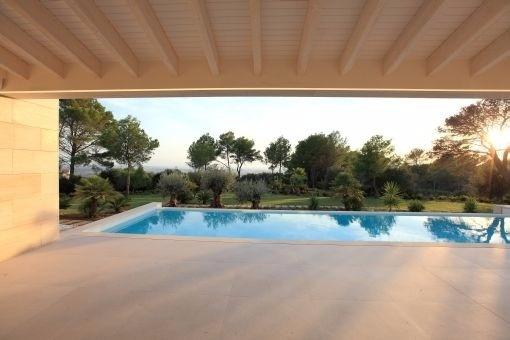 Überdachte Terrasse mit Blick auf den Swimmingpool