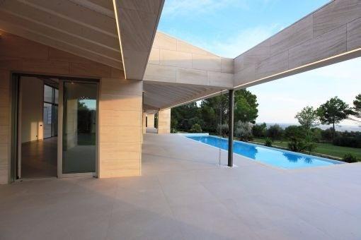 Blick von der Terrasse in den Wohnbereich