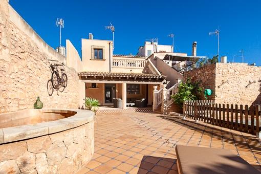 Typisch mallorquinische Terrasse mit Brunnen