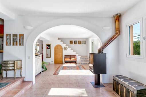Der Wohnbereich bietet einen Kamin