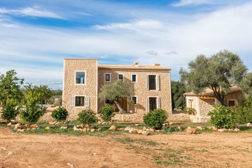 Die Finca ist im mediterranen Stil erbaut
