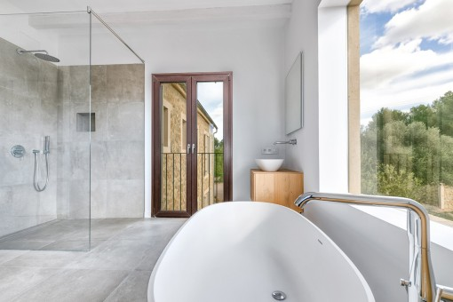 Komfortable Badewanne und ebenerdige Dusche