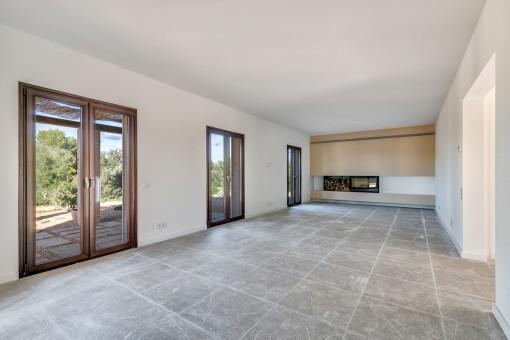 Weitläufiger Wohnbereich mit extravagantem Kamin
