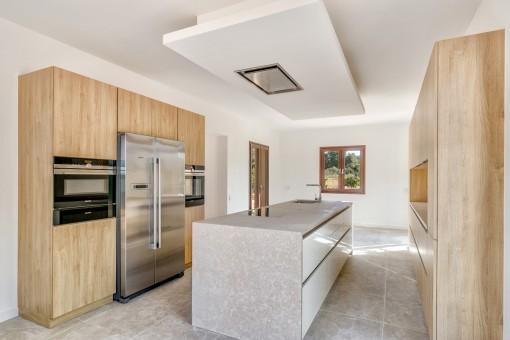 Voll ausgestattete Küche mit Kochinsel