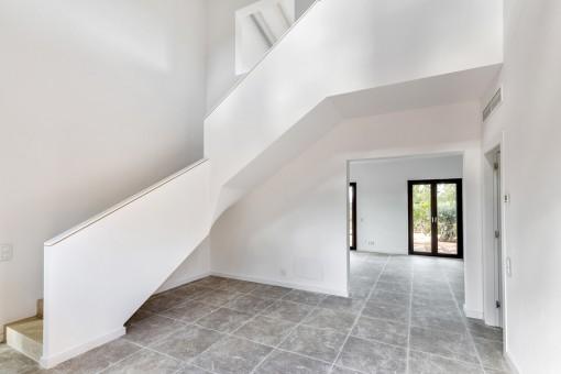Schlichter Eingangsbereich mit Treppe ins Obergeschoss