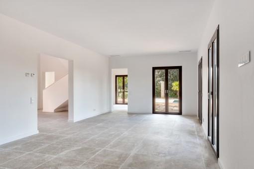 Der Wohnbereich bietet viele Terrassenzugänge