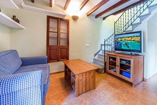 Gemütliches Wohnzimmer mit Zugang zum ersten Stock