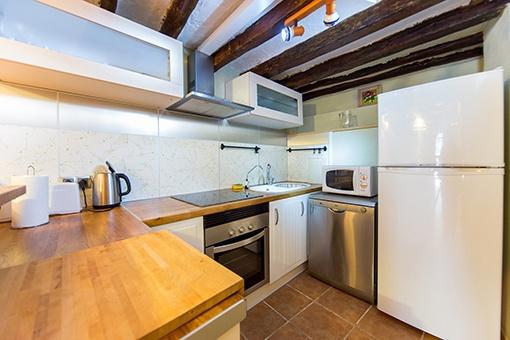 Küche mit Holzbalkendecke