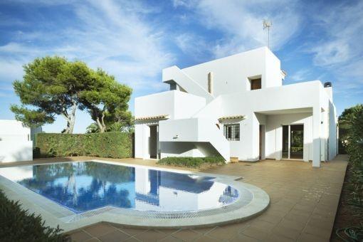Weiße, neugebaute Villa in 2. Meereslinie mit Pool und Meerblick in Cala Egos