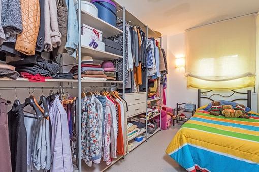Gästezimmer mit großzügigem Kleiderschrank