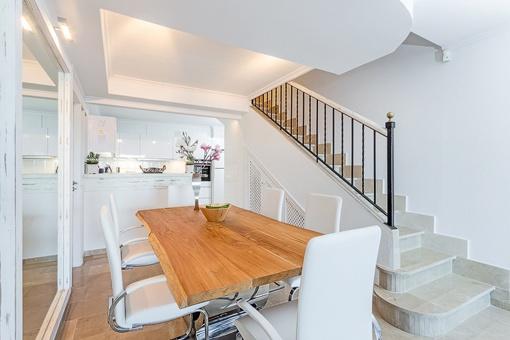 Offene Küche und Essbereich mit Treppenaufgang