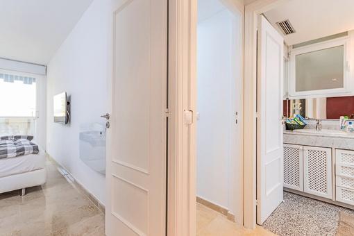 Modernes Schlafzimmer mit Badezimmer en Suite