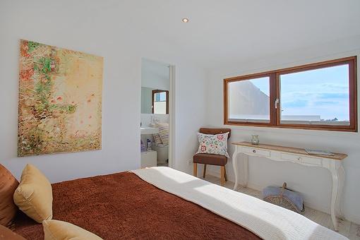 Helles Hauptschlafzimmer mit Badezimmer en suite