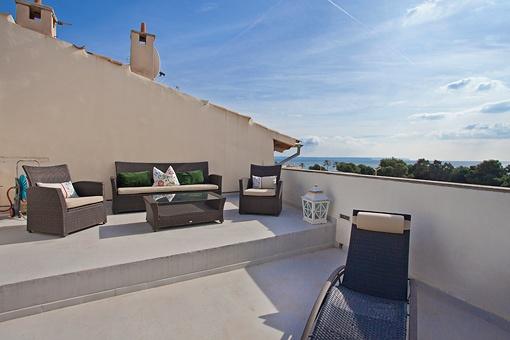 Großzügige Terrasse mit Sitzecke