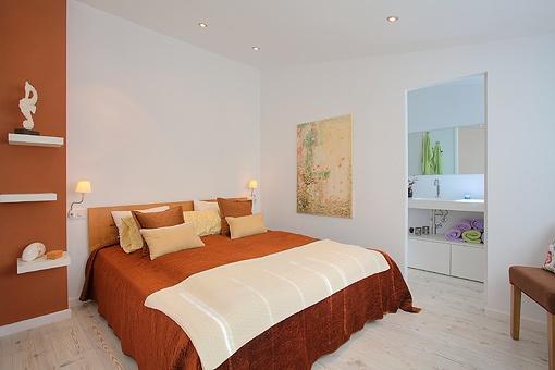 Großes Hauptschlafzimmer mit Badezimmer en suite
