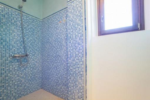 Tageslichtbadezimmer mit Dusch