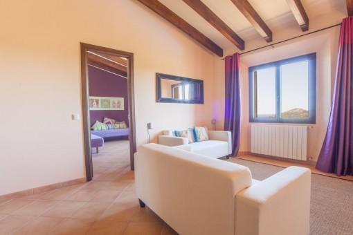 Schlafzimmer mit angeschlossenem Wohnbereich