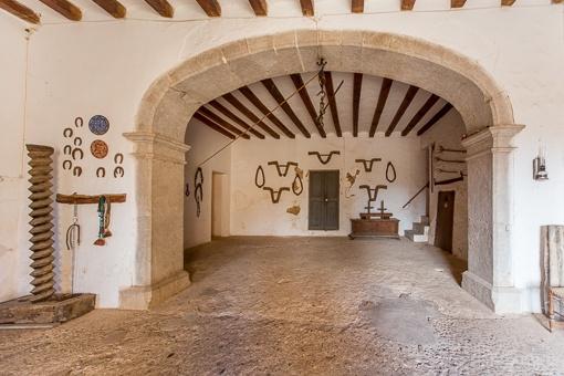 Eingangsbereich mit antiken Elementen