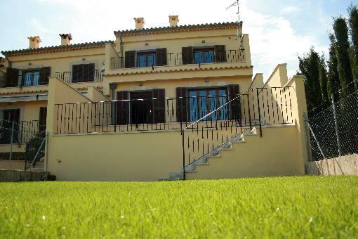 Neu erbautes Reihenhaus in Dorfrandlage mit Blickrichtung auf die Bucht von Alcúdia