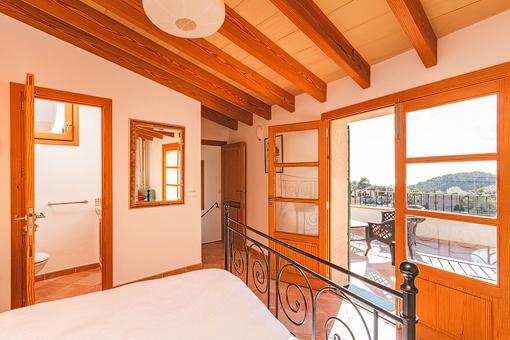 Schlafzimmer des Apartments mit Terrassenzugang