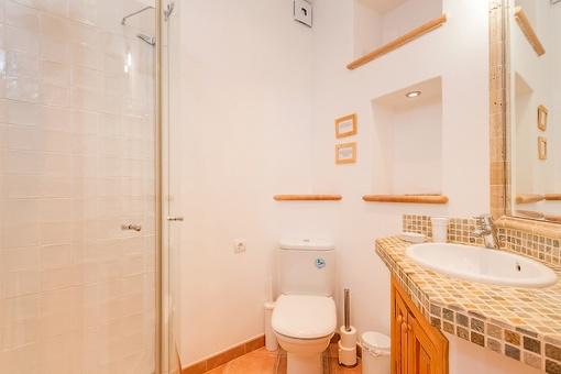 Badezimmer des Apartments mit Dusche