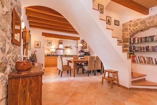 Blick vom Wohnbereich auf die Treppe