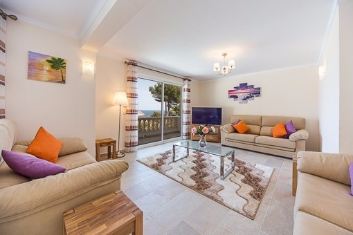 Helles Wohnzimmer mit Terrassenzugang