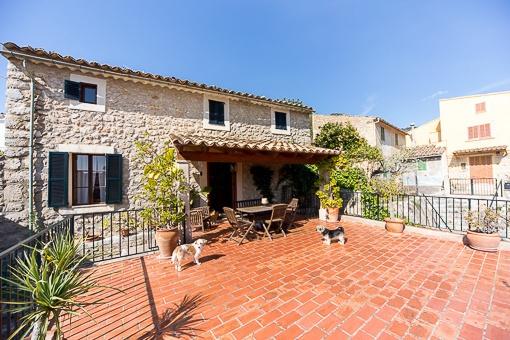 Renoviertes über 100 Jahre altes Stadthaus in Alaró mit eindrucksvollen Terrassen und Pool- und Gästehausmöglichkeit.