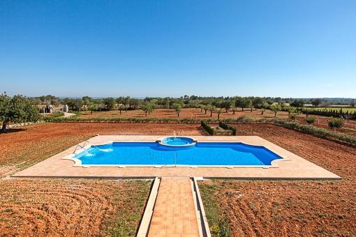 Idyllischer Garten mit Swimmingpool