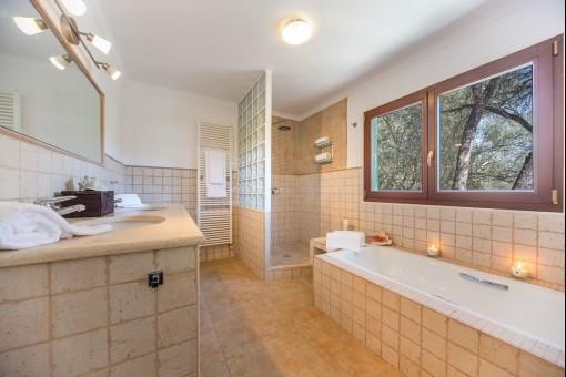 Alle Badezimmer sind in einem modern-mediterranen Stil gehalten