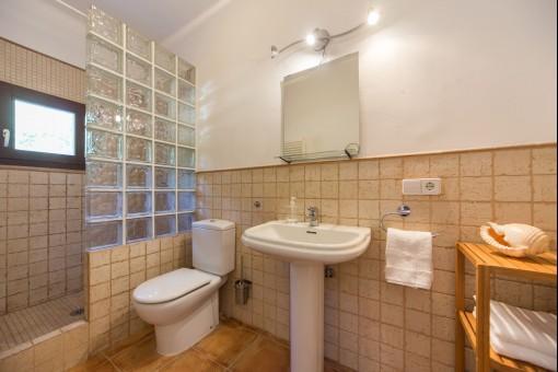 Die Strahler und Holzmaterialien im Badezimmer kreieren eine angenehme Atmosphäre