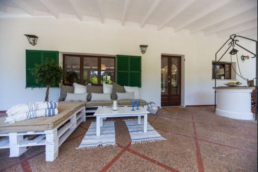Stylische Sitzecke auf der Terrasse