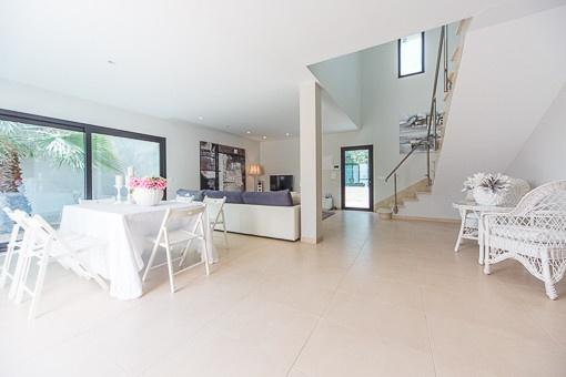 Essbereich mit Küche und Panoramafenster
