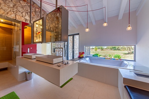 Stylisches Badezimmer mit Badewanne
