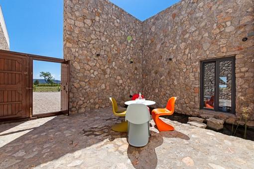 Eingangsbereich mit Teich mit Koi-Karpfen