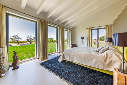 Helles Schlafzimmer mit fantastischem Blick in den Garten