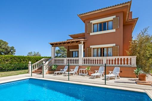 Schöne Villa in Las Palmeras mit Blick ins Grüne und auf die Bucht von Palma