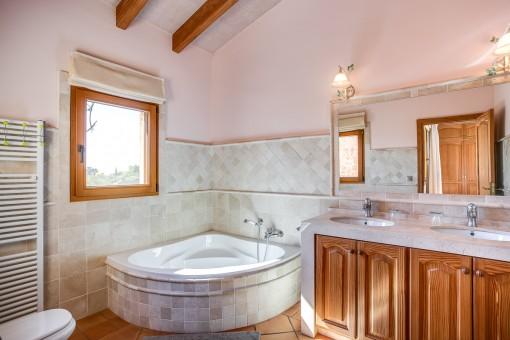 Wunderschönes Badezimmer mit Badewanne