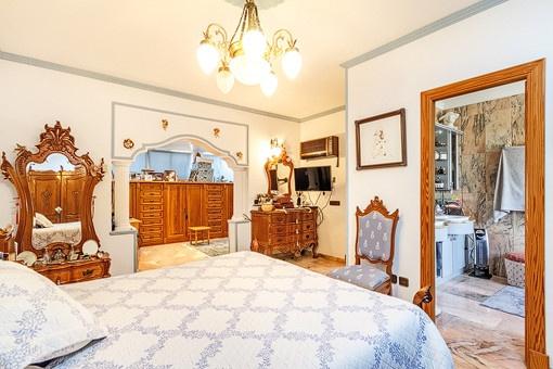 Großzügiges Hauptschlafzimmer mit Badezimmer en suite