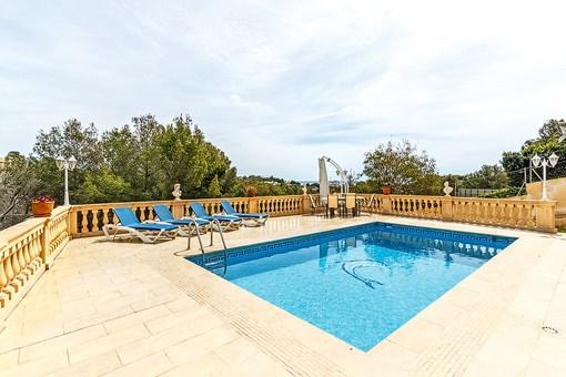 Weitläufiger Poolbereich mit Terrasse
