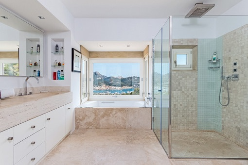 Badezimmer mit Dusche, Badewanne und Meerblick