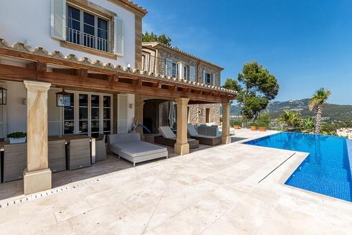 Blick auf die überdachte Terrasse vom Swimmingpool aus