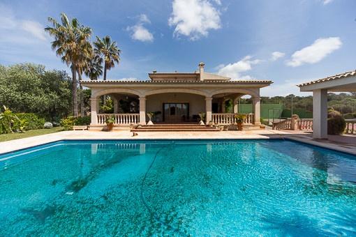 Familienvilla mit großem Pool, Terrassen und traumhaften Fernblick über die Bucht von Palma