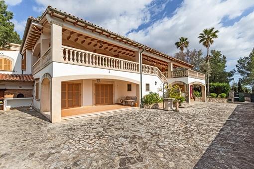 Mediterrane Villa mit Pool und Tennisplatz