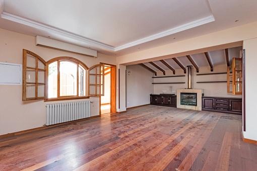 Großes Wohnzimmer mit Kamin