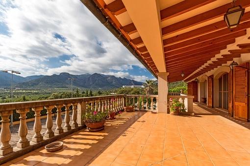 Sonnige Terrasse mit spektakulärem Blick auf die Berge