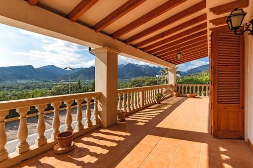 Überdachte Terrasse mit fantastischem Ausblick