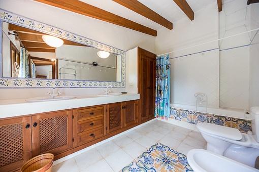 Helles Badezimmer mit Badewanne