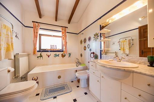 Badezimmer mit Tageslicht und Badewanne